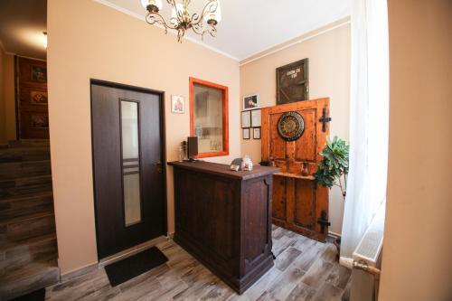 Casa Cu Usi - House Of Doors