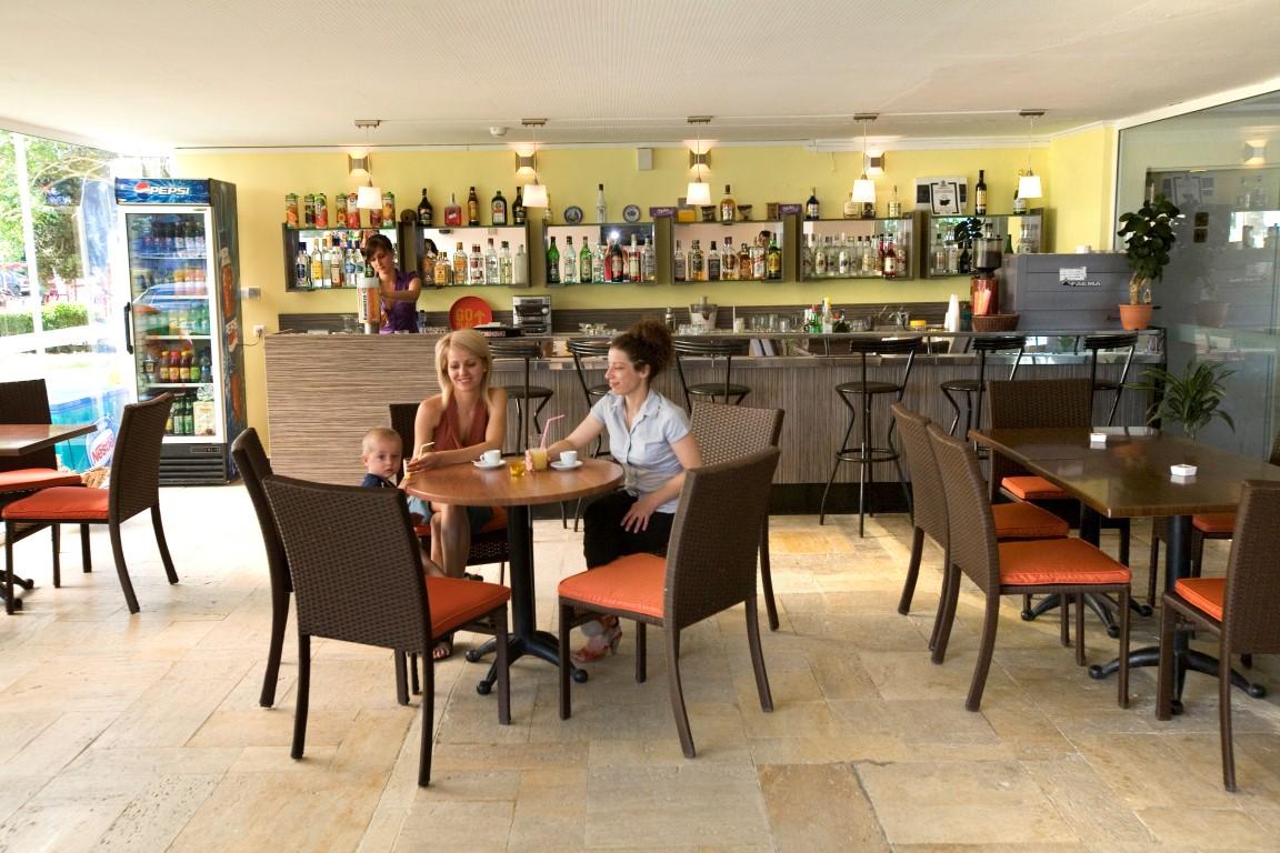 Hotel Continental 3*   BB (mic dejun) / HB+ (mic dejun si cina /include vin, bere si bauturi racoritoare la cina/).