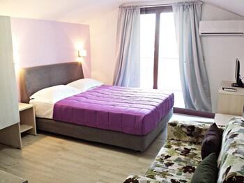 Studios & Apartments Efrosini