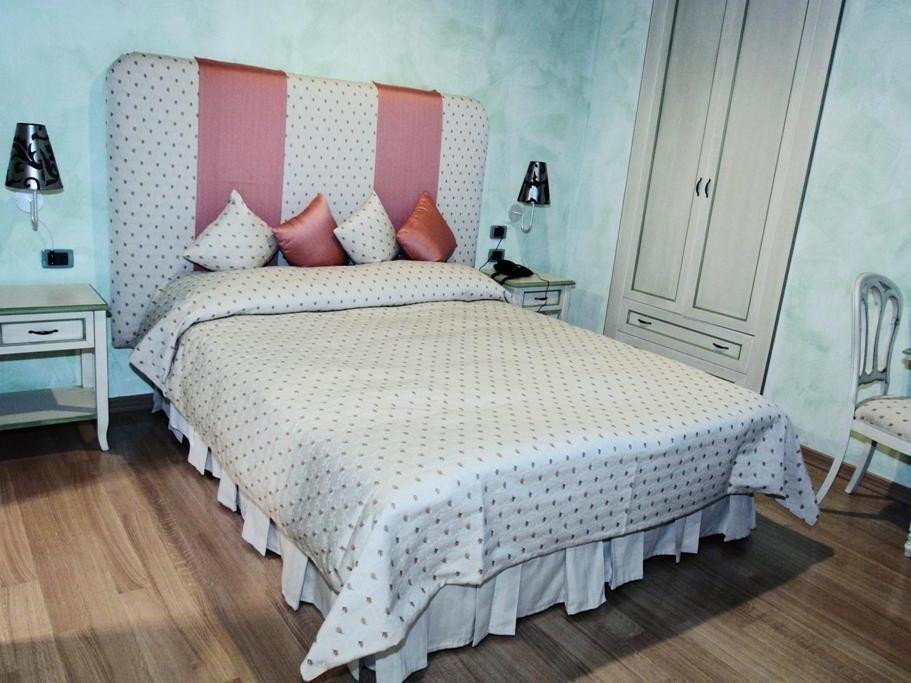 Rhona's Rooms