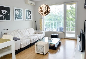 FM Luxury 1-BDR Apartment - Into the Woods