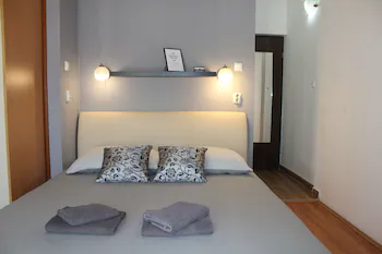 Apartments And Room Thea