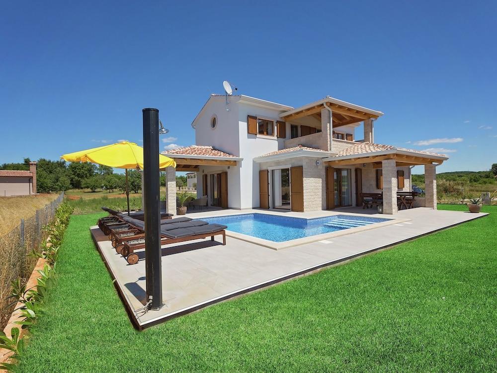 Seaside Villa With Swimming Pool In Funtana