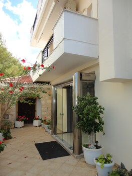 Montes Studios And Apartments
