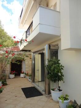 Montes Studios And Apartments