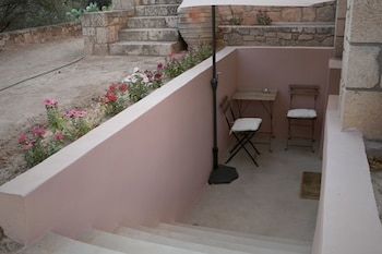 Pyrgos Ralli Estate Apartments & Suites