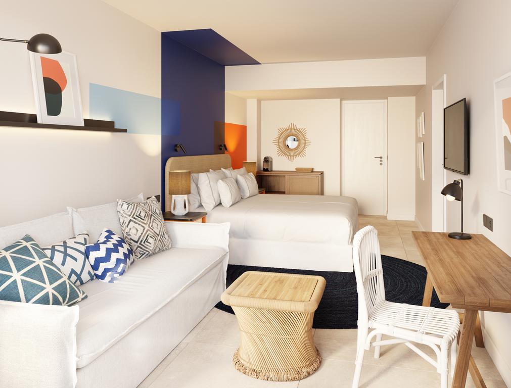 Hotel Room Mate Olivia