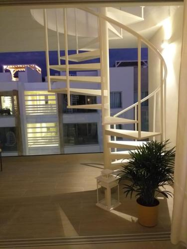 Luxurious Pent House Steps From The Beach. C4